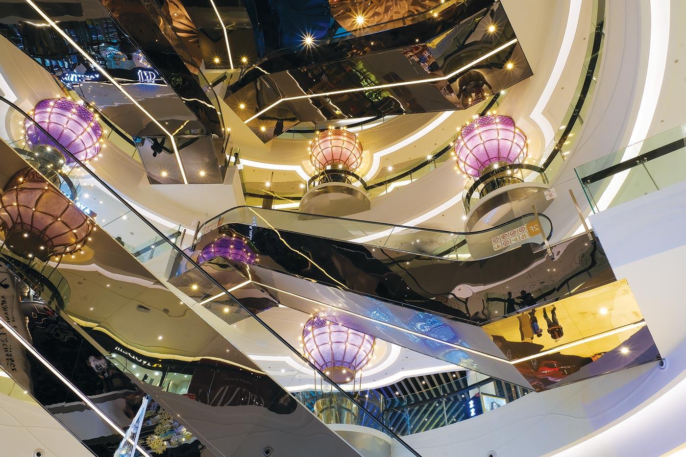 Kiến trúc mới với hệ thống ô kính đón ánh sáng tự nhiên, hình ảnh khinh khí cầu khổng lồ mang lại vẻ đẹp khác biệt cho Crescent Mall