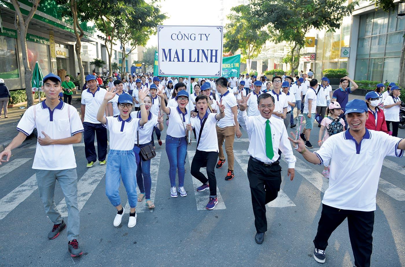 Nhân viên Công ty Mai Linh hào hứng tham gia đi bộ vì cộng đồng (2017)