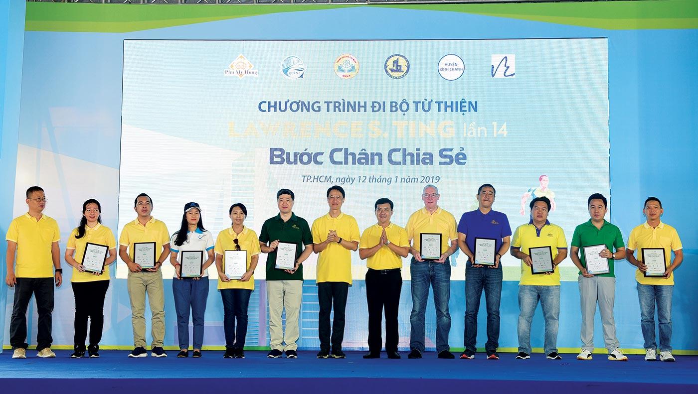 Các đơn vị đồng hành vinh dự nhận kỷ niệm chương từ Ban Tổ chức chương trình