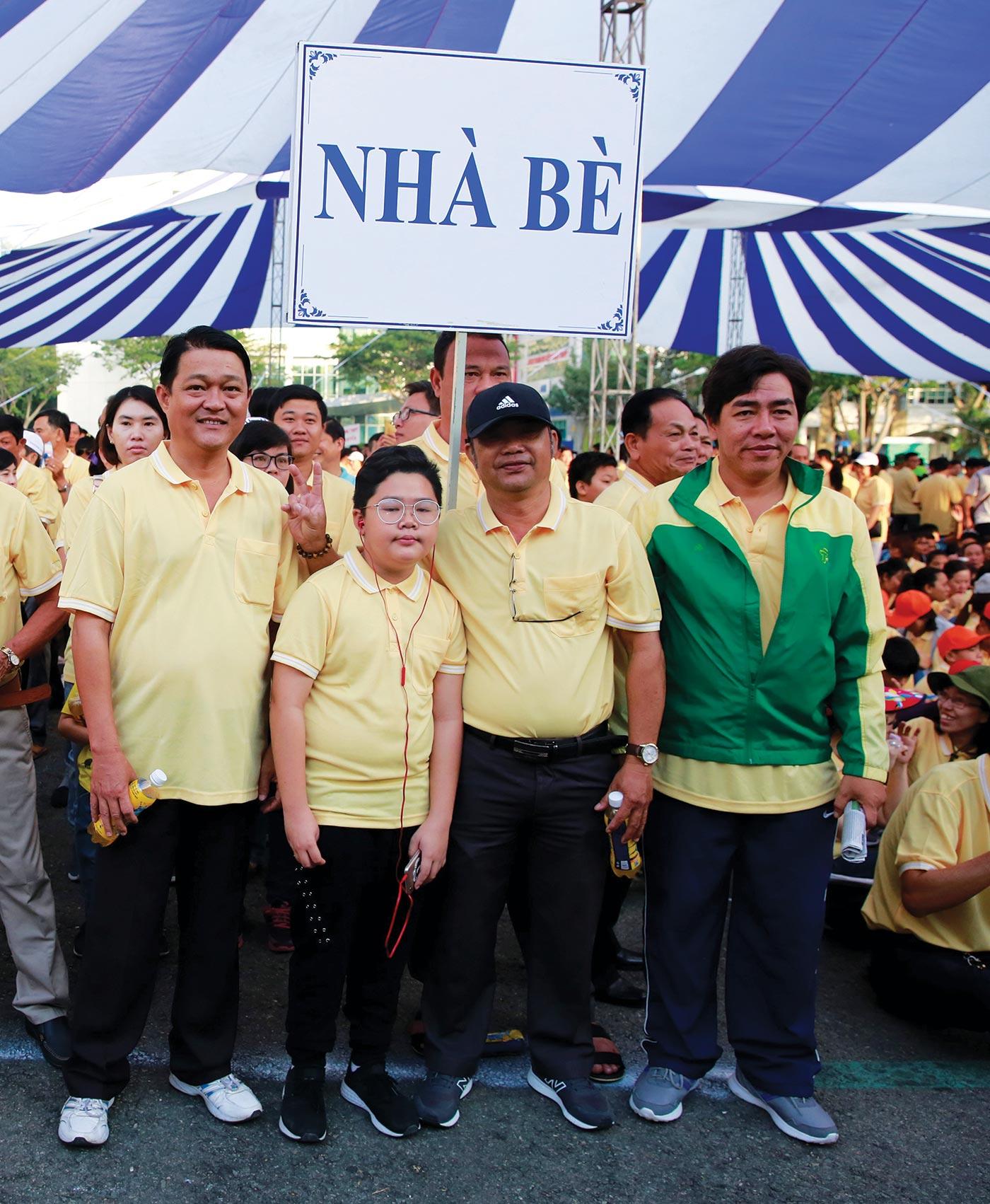 Ông Trần Bảo Danh (ngoài cùng bên phải) và người dân Huyện Nhà Bè trong chương trình năm 2019