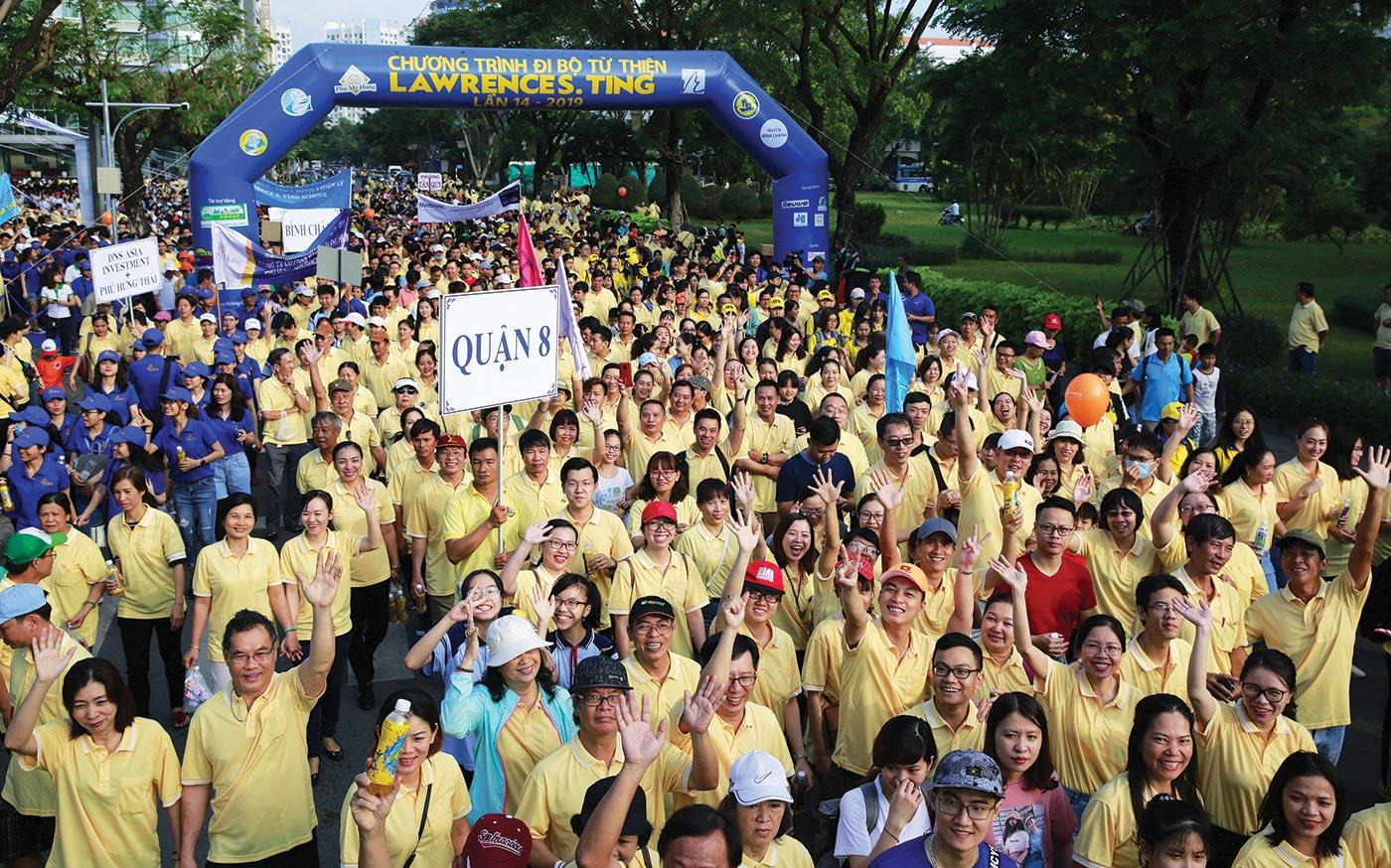 Hàng ngàn người háo hức tham gia đi bộ trên quãng đường dài hơn 3 km