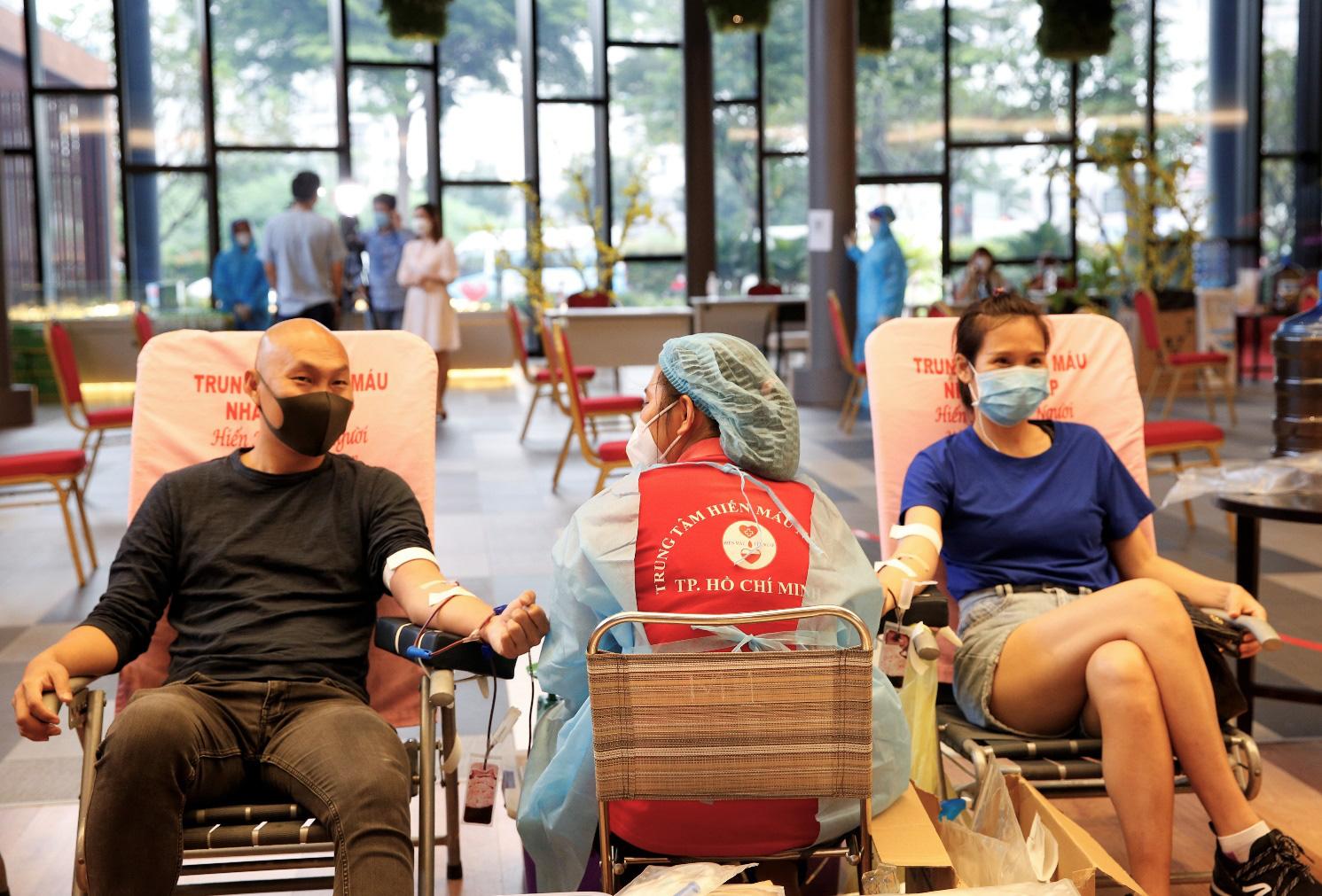 Hưởng ứng lời kêu gọi từ cộng đồng, nhiều cư dân Phú Mỹ Hưng đăng ký tham gia chương trình 'Giọt máu sẻ chia - Ân tình mùa dịch'