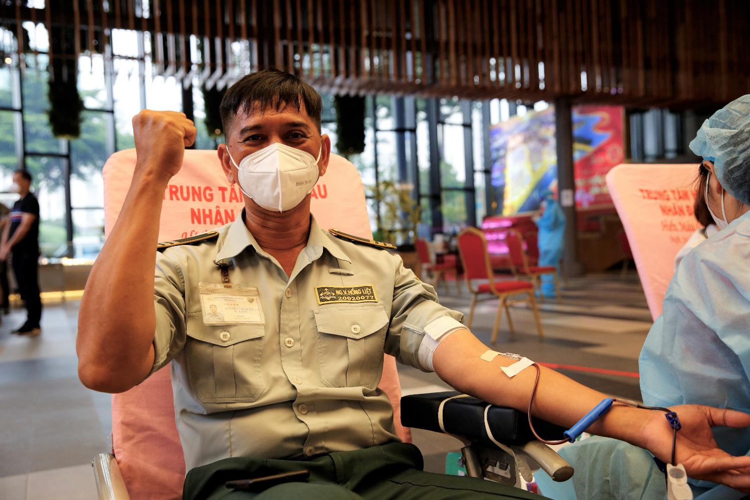 Anh Hồng Liệt, nhân viên Công ty Phú Mỹ Hưng, chia sẻ 'Hy vọng những giọt máu của mình sẽ góp phần giúp một bệnh nhân Covid nào đó chiến thắng dịch bệnh'.
